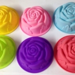 พิมพ์ ซิลิโคลน รูปดอกกุหลาบ ทนอุณหภูมิ -40c• - 220c• ใช้ทำ ขนม วุ้น เยลลี่ ช็อค ใช้ได้เตาอบและไมโครเวฟ 8cm แพคละ4ดอก 100฿ คละสีเลือกสีไม่ได้ —