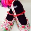 (เด็กเล็ก) รองเท้าลายดอกไม้ สีสดใส งาน made in thailand มีสายคาดเล็กๆ ติดกับรองเท้า พื้นกันลื่น น่ารักสุดๆ ใส่ได้ทุกโอกาสค่ะ size 18-23