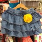 Zara Kids กระโปรงยีนส์ผ้าบาง ระบายชั้นๆ ติดเข็มกลัดดอกไม้ (เอาออกได้) ด้านในมีกางเกงกันโป๊ด้วยค่า ^^ / size 8-9