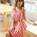 เสื้อผ้าแฟชั่นสไตส์เกาหลี เดรสกระโปรงแขนกุด ลายแถบแนวตั้ง สีแดงขาว  +พร้อมส่ง+